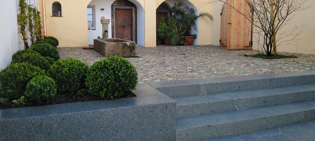 Sitzmauer und Blockstufen aus Granit
